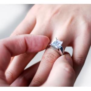 Как дарить кольцо на помолвку и как этого делать не нужно?
