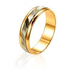 Золотое обручальное кольцо